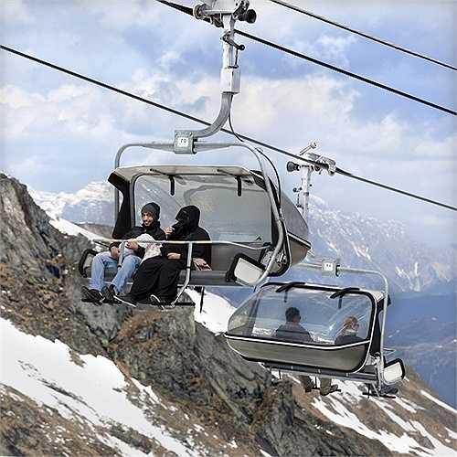 Cáp treo dẫn qua sông băng Kitzsteinhornn để khách du lịch khám phá cảnh đẹp núi An Pơ