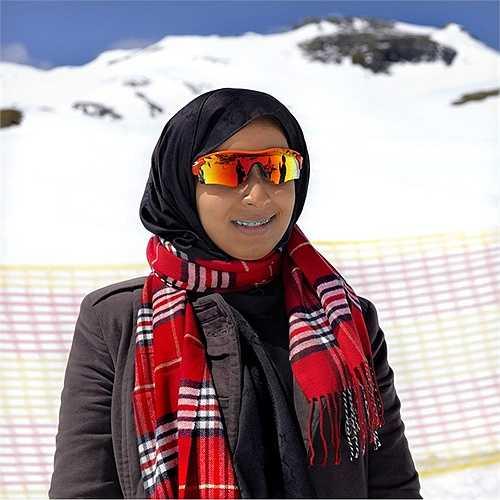 Cô gái đến từ Trung Đông tận hưởng bầu không khí lành lạnh ở vùng núi châu Âu