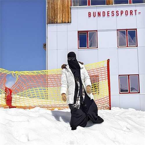 Maryan -21 tuổi đến từ Dubai đi nghỉ cùng anh trai và gia đình đang thả mình trên những đống tuyết cao