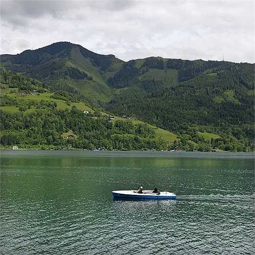 Du thuyền trên hồ Zell am See là nơi được nhiều người lựa chọn