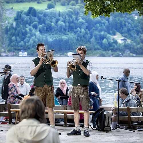 Cư dân địa phương biểu diễn âm nhạc truyền thống cùng du khách bên công viên cạnh hồ hàng tuần
