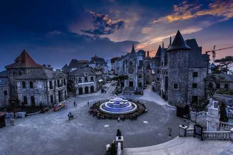 Những tòa lâu đài Làng Pháp đứng ngả bóng mình trầm mặc mà quyến rũ dưới trời hoàng hôn của xứ sở non tiên Bà Nà, khiến du khách tựa như đang lạc vào xứ sở cổ tích