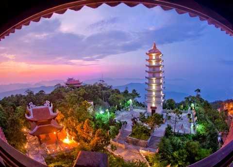 Vẻ đẹp tôn nghiêm của quần thể đền chùa Bà Nà trong ánh tím chiều hôm