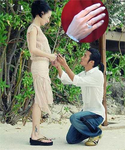 Năm 2006, Trương Bá Chi nhận lời cầu hôn của Tạ Đình Phong dưới ánh hoàng hôn trên quần đảo Palawan, Philippines với chiếc nhẫn kim cương 5 carat trị giá 7 triệu HKD (gần 20 tỉ đồng).