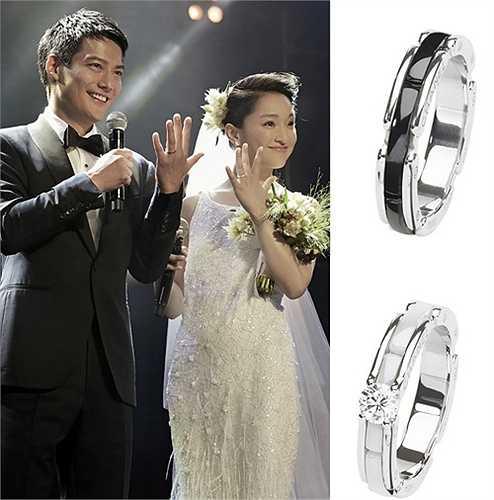 Châu Tấn và ông xã Cao Thánh Viễn kết hôn cùng cặp nhẫn cưới Chanel serie Ultra 18 carat trị giá 13,900 NDT (47 triệu đồng) nhẫn nam gắn đá đen và 36.500 NDT (125 triệu đồng) cho nhẫn đính kim cương trắng của nữ.