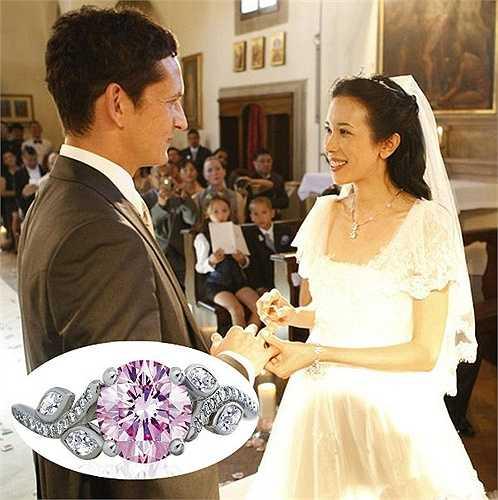 Mạc Văn Úy được ông xã Johannes tặng nhẫn cưới thương hiệu Adonis Rose.