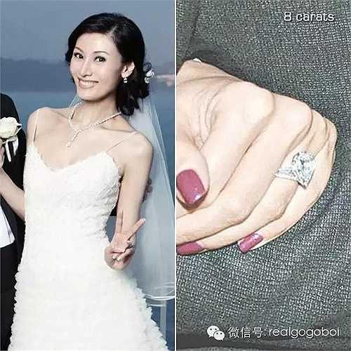 Khi lên xe hoa cùng đại gia Hồng Kông Hứa Tấn Hanh, Lý Gia Hân được chồng tặng nhẫn cưới kim cương 8 carat trị giá 50 triệu NDT (171 tỉ đồng).
