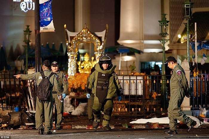 Nhân viên dò bom làm việc tại hiện trường