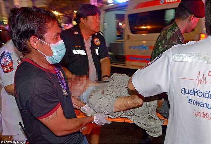 Cảnh sát đưa người bị thương đi cấp cứu