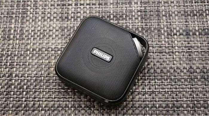 Loa Philips Bluetooth BT2500 di động. Đôi khi, chúng ta cần thư giãn bằng cách nghe nhạc ngoài trời, Philips BT2500 Bluetooth di động cho phép người sử dụng treo trên dây đeo cổ tay hoặc móc chìa khóa. Giá của nó khoảng 33 USD.
