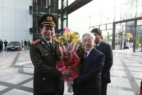 Bộ trưởng Trần Đại Quang tặng hoa chúc mừng, cảm ơn đồng chí Tổng Bí thư Nguyễn Phú Trọng đến dự Hội nghị công an toàn quốc lần thứ 69