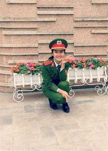 Cô bạn có chiếc răng khểnh dễ thương này là Hoàng Mỹ Linh (1996), đến từ Tam Dương - Vĩnh Phúc, hiện là B phó học tập của lớp B10 ngành Ngôn ngữ Anh, Học viện Cảnh sát Nhân dân.