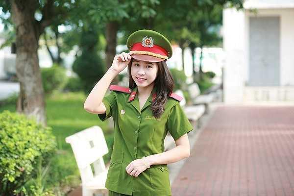 Cao Thanh Hằng (sinh viên lớp B10, D37, Học viện Cảnh sát nhân dân) trở thành một trong những 'hot girl' của trường.