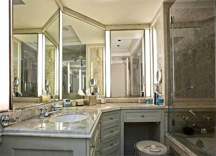 Hệ thống gương và đá cẩm thạch khiến phòng tắm thực sự tỏa sáng trong toàn bộ căn nhà..