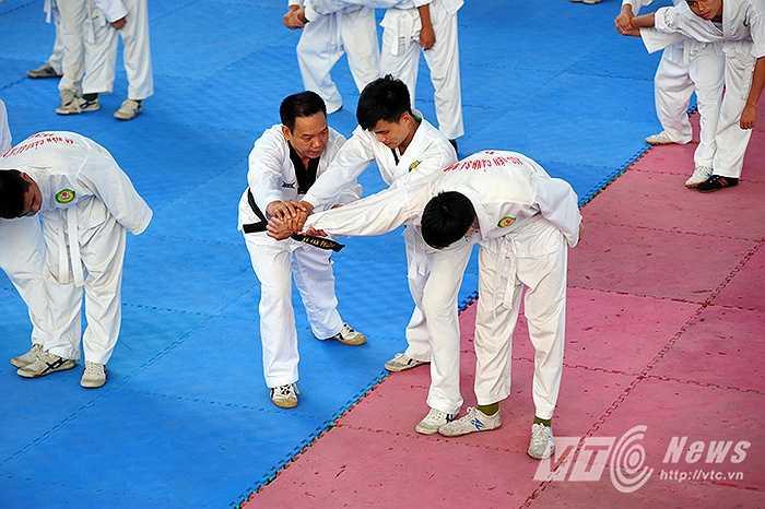 Đại tá Nguyễn Đức Tầng (Trưởng bộ môn Quân sự võ thuật thể dục thể thao của Học viện Cảnh sát nhân dân) người luôn có mặt trên thao trường, theo dõi từng bước luyện tập của mỗi học viên cho biết, tiêu chí mỗi học viên sau khi hoàn thành môn Võ CAND, sẽ tương ứng với một tiểu giáo viên võ thuật, là tương đối nặng.