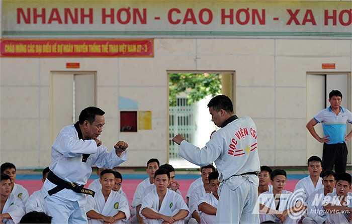 Trung tá Phạm Văn Cương, người đã có 26 năm kinh nghiệm  giảng dạy võ thuật kiêm môn bắn súng quân dụng trong trường Học viện Cảnh sát nhân dân cho biết: 'Điều quan trọng là phải rèn luyện cho các học viên ý chí kiên cường, sẵn sàng chiến đấu với tội phạm trong bất kỳ tình huống nào.'