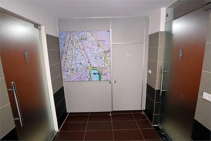 Nhà vệ sinh rộng hơn 50 m2 với 3 phòng. Ngoài phòng nam, nữ còn có phòng dành riêng cho người khuyết tật.