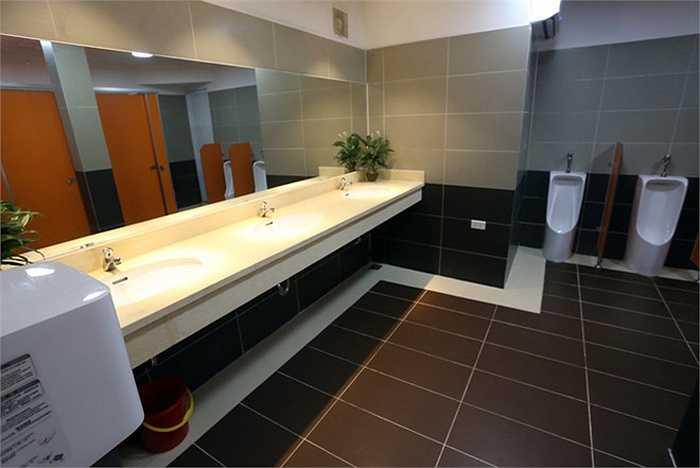 Bên trong mỗi phòng dành cho nam, nữ rộng hơn 20 m2, được ốp đá và trang bị nhiều thiết bị cao cấp.
