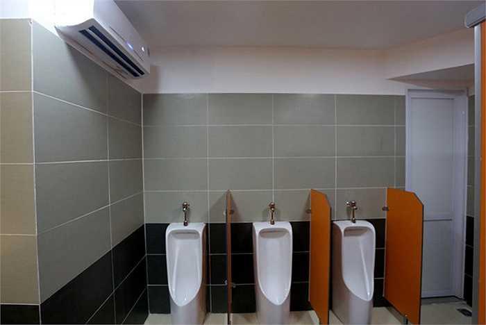 Mỗi phòng cũng được trang bị hệ thống điều hoà hai chiều. Nhiệt độ, trong nhà vệ sinh luôn giữ ở mức 28-30 độ C.
