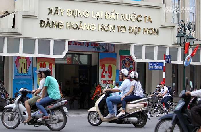 Phố Tràng Tiền với những áp phích, tranh cổ động Kỷ niệm 70 năm Cách mạng tháng Tám và Quốc khánh 2-9. (Ảnh: Hà Thành)