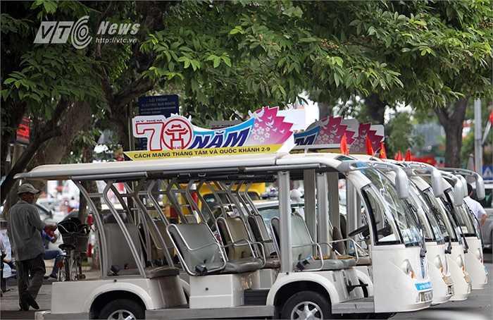 Hệ thống xe điện chở khách tham quan, du lịch  phố cổ cũng được trang trí kỷ niệm 70 năm Cách mạng tháng Tám và Quốc khánh 2-9. (Ảnh: Hà Thành)