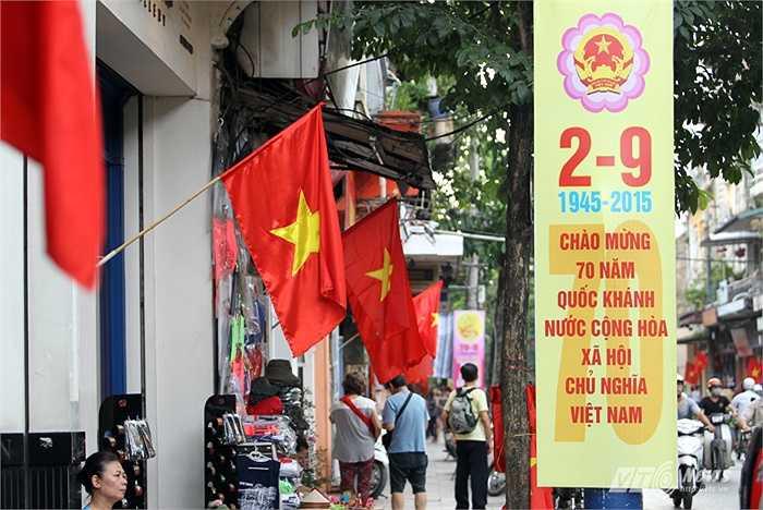 Dọc phố Hàng Bông rợp cờ đỏ sao vàng. (Ảnh: Hà Thành)