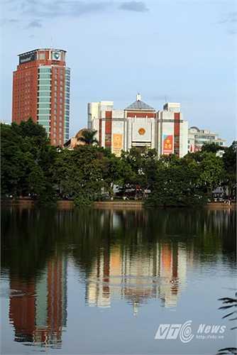 Ủy Ban nhân dân thành phố Hà Nội nhìn từ đường Đinh Tiên Hoàng. (Ảnh: Hà Thành)