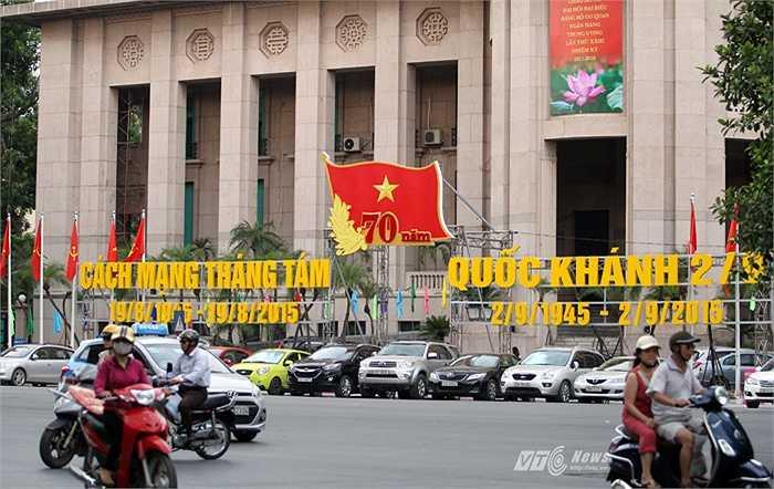 Trước cửa Ngân hàng Nhà nước Việt Nam. (Ảnh: Hà Thành)