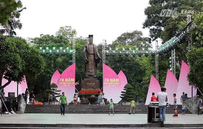 Khu vực tượng đài Lý Thái Tổ sẽ là nơi diễn ra nhiều hoạt động văn hóa nghệ thuật kỷ niệm 70 năm Cách mạng tháng Tám và Quốc khánh 2-9. (Ảnh: Hà Thành)