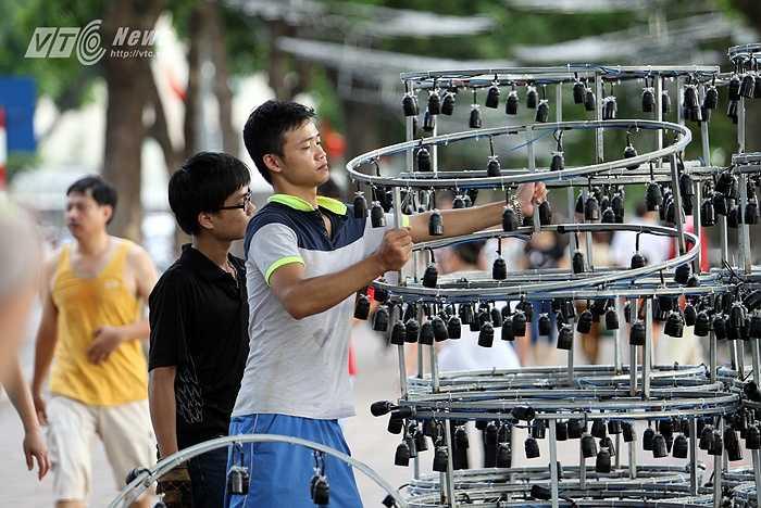 Công nhân trang trí đường phố khẩn trương lắp các thiết bị chiếu sáng. (Ảnh: Hà Thành)