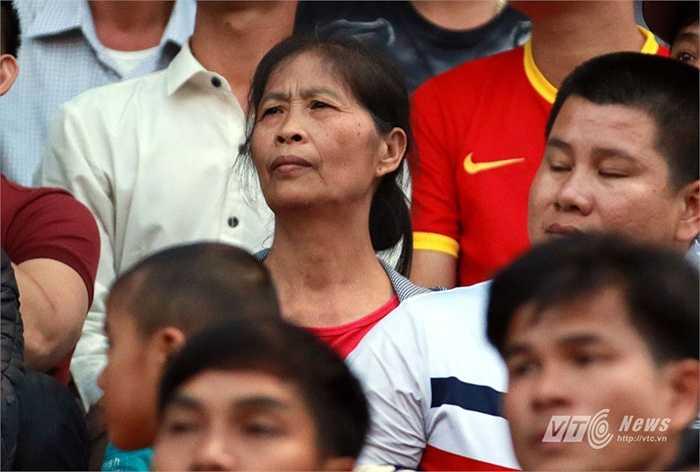 Vòng 9, Công Phượng về quê và được mẹ tới cổ vũ. (Ảnh: Quang Minh)