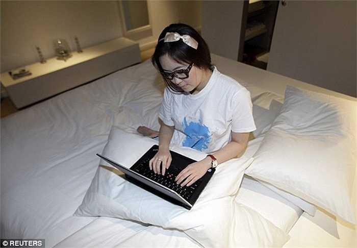 Sau mỗi lần ngủ thử, cô lại dành thời gian viết lại cảm nghĩ, nhận xét, đánh giá để báo cáo với khách sạn kịp thời chấn chỉnh