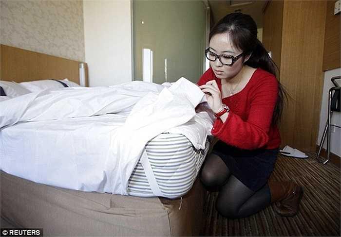 Kiểm tra nệm, sự sạch sẽ mặt dưới nệm hay ga trải giường