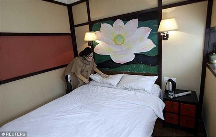 Cô đang kiểm tra chiếc gối của khách tại một khách sạn. Công việc này đòi hỏi cô phải thật sự cẩn thận, tỉ mẩn