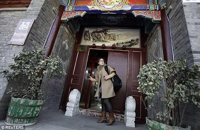 Zhuang Jing đang kiểm tra một khách sạn kiểu truyền thống ở Bắc Kinh