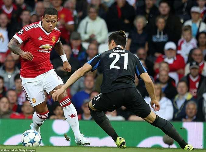 Nhận bóng bên góc trái, số 7 của Man Utd dẫn thêm vài nhịp rồi đặt lòng hiểm hóc vào góc xa