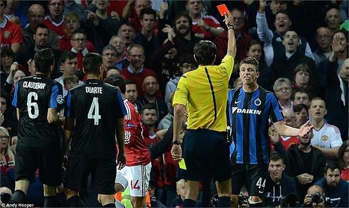 Những phút cuối, Man Utd còn được chơi hơn người do Mechele của đội khách nhận thẻ vàng thứ 2