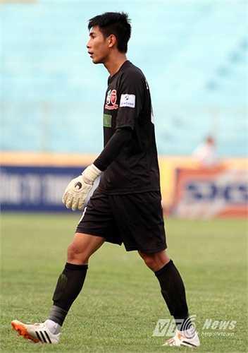 Thủ môn Tuấn Mạnh của S.Khánh Hòa hiện tại là sự thèm muốn của HAGL. Cựu thủ thành Gỗ đang là một trong những thủ thành để lọt lưới ít nhất V-League 2015. (Ảnh: Quang Minh)
