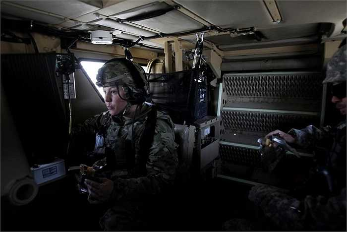 Nữ binh sĩ Mỹ trong buổi tập trận kéo dài 15 giờ trong hai ngày với nhiệm vụ tìm và gỡ bom bên đường ở tỉnh Nangarhar, Afghanistan