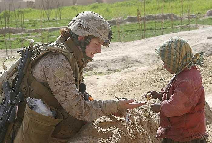 Thiếu úy Johanna Shaffer thuộc tiểu đoàn 3, trung đoàn Thủy quân lục chiến số 8 của quân đội Mỹ nói chuyện cùng một em nhỏ người Afghanistan