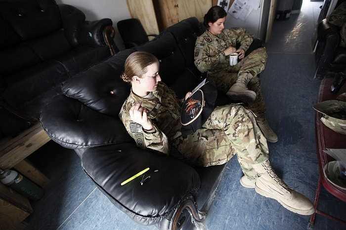 Không chỉ tham gia chiến đấu, các nữ quân nhân cũng trổ tài thêu thùa vào thời gian rảnh rỗi