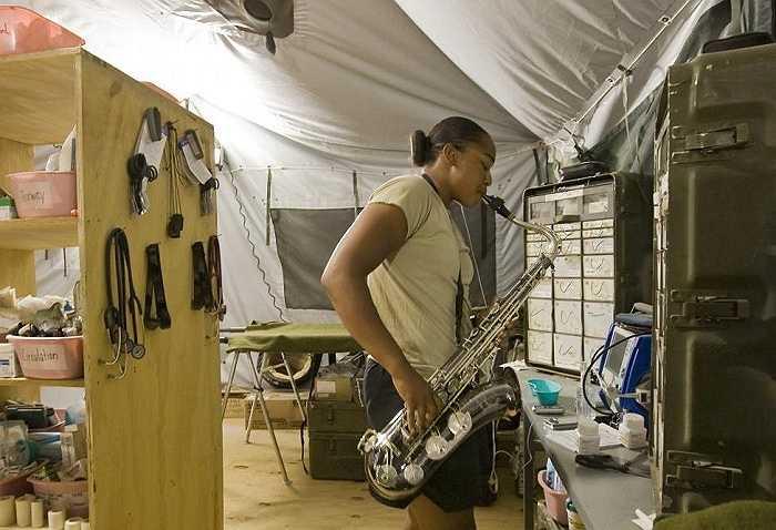 Nữ quân nhân Seantella Cottner thổi kèn saxophone trong thời gian rảnh khi làm nhiệm vụ ở Logar, Afghanistan