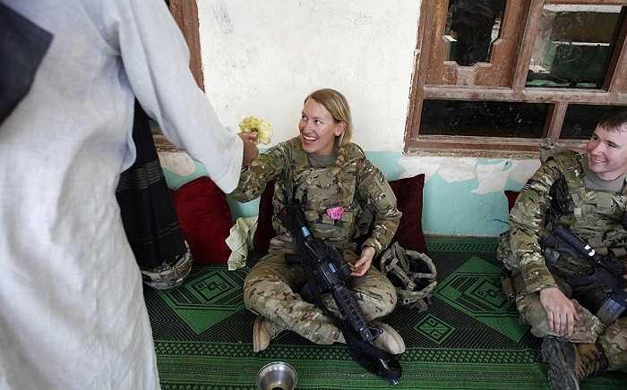 Dân làng tặng hoa hồng cho nữ binh sĩ Mỹ trong một chuyến thăm của quân đội Mỹ và Afghanistan ở Jelawar, Kandahar
