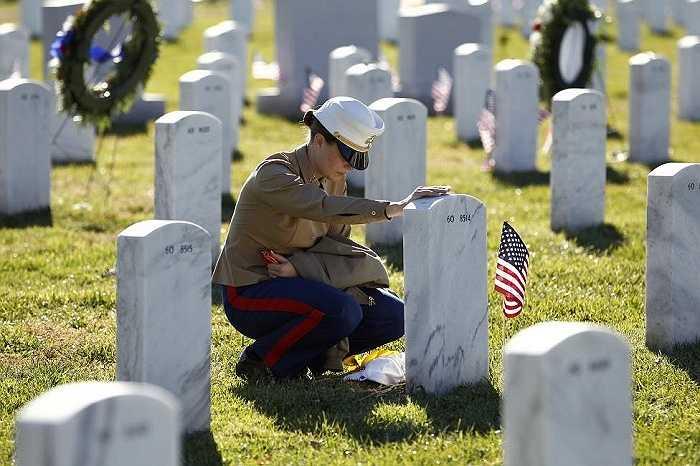 Nữ binh sỹ Arlington tưởng nhớ đồng đội của mình trong nghĩa trang Arlington