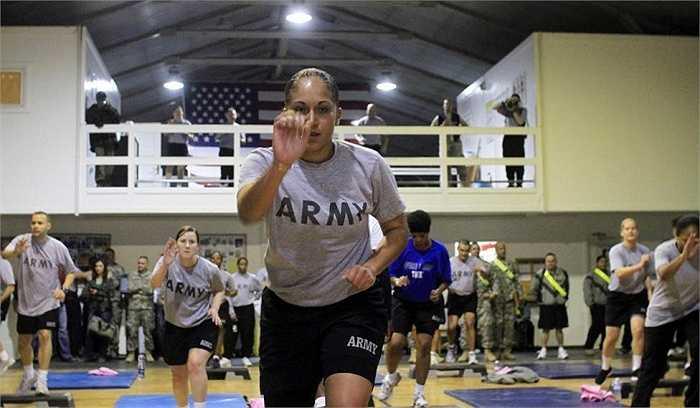 Các binh sĩ Mỹ tham gia sứ mệnh gìn giữ hòa bình ở Kosovo trong buổi tập luyện ở doanh trại quân đội Bondsteel ở Sojevo, Pristina, Kosovo