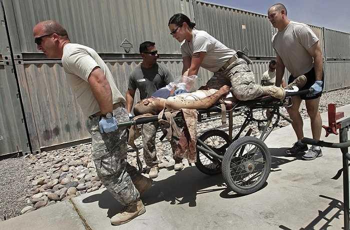 Nữ quân nhân Mỹ cùng đồng đội cấp cứu cho một lính hải quân bị thương