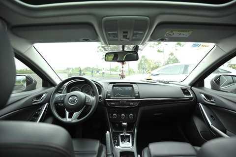 Mazda 6 sở hữu khoang cabin khá đơn giản với ít nút bấm.