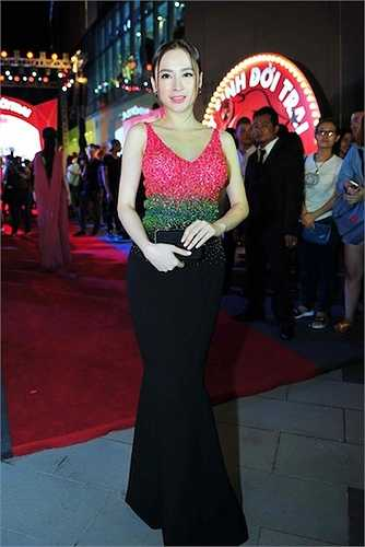 Angela Phương Trinh cũng dành thời gian đến tham dự buổi ra mắt. Thời gian vừa qua, cô dính tin đồn 'cặp kè' với Trần Bảo Sơn.