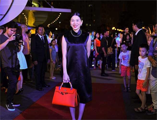 Lệ Quyên diện váy suông và túi hàng hiệu trăm triệu.