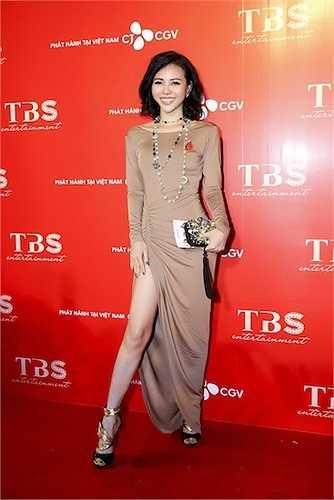 Á hậu Trà Giang khoe chân dài sexy.